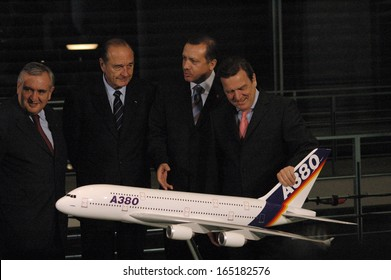 """OCTOBER 26, 2004 - BERLIN: Pierre Raffarin, Jacques Chirac, Recep Tayyip Erdogan and Gerhard Schroeder with a model of the new """"Airbus A 380"""" - German French Consultations in the Chanclery in Berlin."""