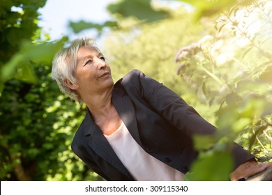 oder business woman enjoy the sunshine in the nature