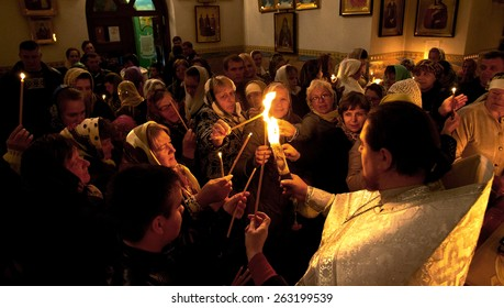 ODESSA - APRIL 20: Pilgrims brought the faithful parishioners of the Holy Fire ritual of the Holy Sepulchre ( Holy Light ) Holy Saturday Easter in Odessa , Ukraine, April 20, 2014 .