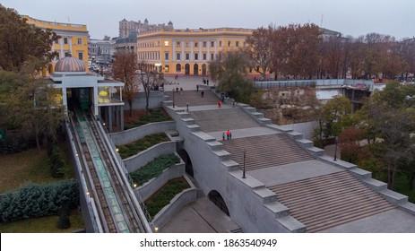 Vue de drone de la ville d'Odessa et du monument de Duke