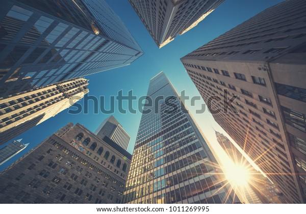 Fondo de la vista superior de Office en colores de estilo retro. Edificios de Manhattan en el centro de Nueva York - Wall Street