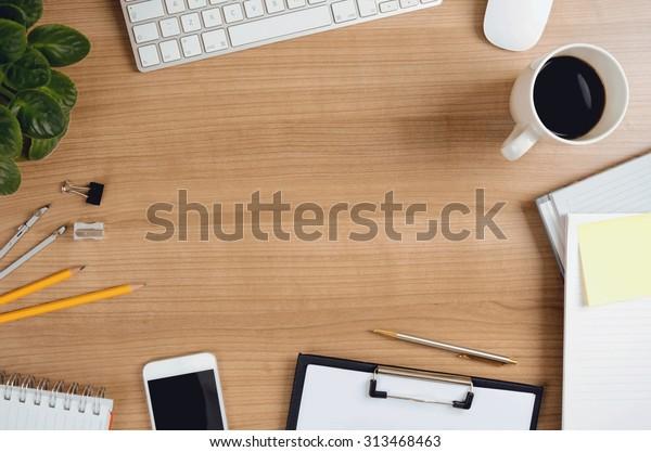 Schreibtischtisch mit Computer, Smartphone, Zubehör, Blume und Kaffeetasse. Draufsicht mit Kopienraum. Konzept für Website-Banner, Modell-up, Hintergrund, Präsentation und Marketingmaterial.