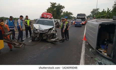 The officer evacuated the car involved in the Karambol Accident on Tembalang KM 98 Semarang Toll Road (Sunday 2 June 2019). This accident involved six cars.