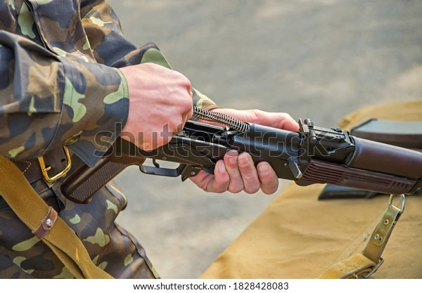 officerinstructor-demonstrates-technique