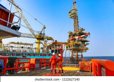 Offshore-Bauplattform für die Öl- und Gasförderung. Öl- und Gasindustrie und harte Arbeit. Produktionsplattform und Bedienung durch manuelle und automatische Funktion aus dem Kontrollraum.