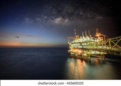Offshore-Bauplattform für die Öl- und Gasproduktion, Öl- und Gasindustrie und harte Arbeit, Produktionsplattform und Betriebsverfahren durch manuelle und automatische Funktion. Milchstraße, Hintergrund und Galaxie.