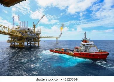 Offshore-Bauplattform für die Öl- und Gasproduktion, Erdöl- und Erdgasindustrie und harte Arbeit, Produktionsplattform und Betriebsverfahren durch manuelle und automatische Funktion, Öl- und Bohrindustrie und Betrieb.