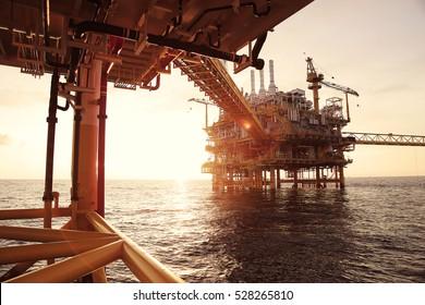 Offshore-Bauplattform für die Öl- und Gasförderung. Erdöl- und Erdgasindustrie und harte Arbeit. Produktionsplattform und Bedienung durch manuelle und automatische Funktion aus dem Kontrollraum.