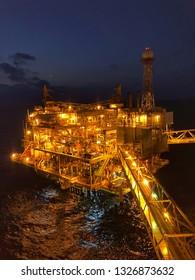 Offshore-Wohnquartier mit Wetterradar in der Nacht oder die große Offshore-Plattform für Ölplattform in der Nacht mit Dämmerung oder schwarzem Nachthintergrund. Erdöl- und Erdgasindustrie. ein vertikaler Schuss.