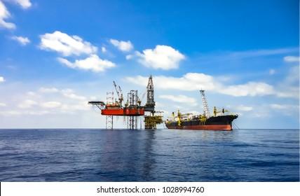 Offshore oliefelt område set med FPSO skib og borerig på platform