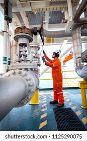Offshore-Erdöl- und -Erdgasbetrieb, offener manueller Produktionsleiter, mit dem die Gasdurchflussrate in der Prozessgasplattform kontrolliert werden kann