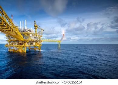Offshore oil and gas rigs are working and delivering oil and gas to the refinery industry. And transformed into energy for use in various large industries.