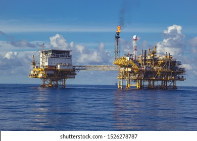 Offshore platform Industry in the sea is a natural oil and gas production petroleum pipeline.