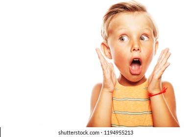 Oh, mein Gott, kann es nicht glauben, Schule Gossip Konzept. Portrait von schockiertem, niedlichem kleinen Jungen auf orangefarbenem, ärmelloses T-Shirt einzeln auf weißem Hintergrund. Nahaufnahme. Kopiert Platz. Studioaufnahme