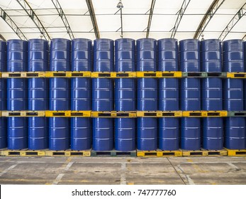 Ölfässer oder chemische Trommeln zusammengestapelt