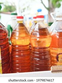 Bouteilles d'huile remplies d'huile comestible usagée à recycler en biodiesel