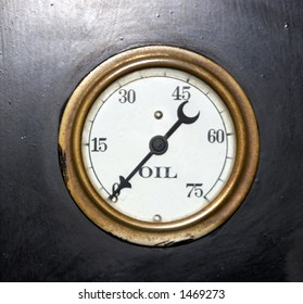 Oil dial on an old machine showing empty