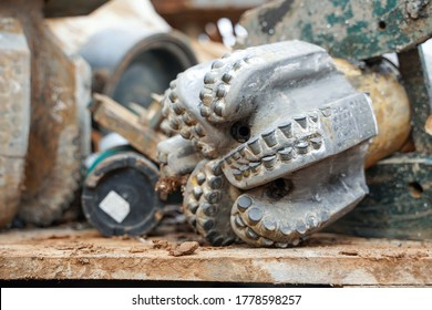 Oil drilling equipment for workover. Used oil drilling bit head. Tricone Oil Drill Bits. Worn out PDC drilling bit just pulled out of hole