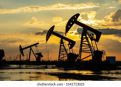 Ölfeld, am Abend laufen Ölpumpen