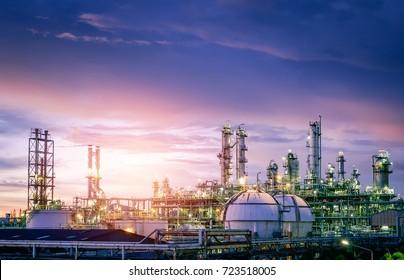 Öl- und Gasraffinerie- oder petrochemische Industrie auf sonnunterem Hintergrund am Himmel, Fabrik am Abend, Gasspeicher Tank in der petrochemischen Industrie