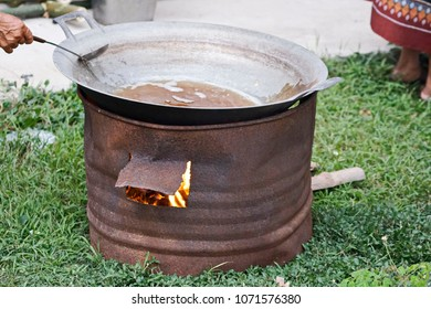 The oil on the charcoal stove with pan. Wait for the oil to boil. Ready to put the fried.