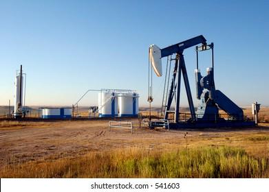 Ölbrunnen und Lagertanks im Texas Panhandle.
