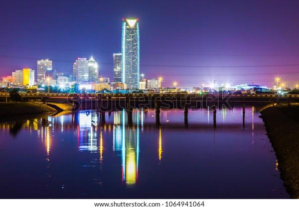La nuit, Oklahoma City a atteint son sommet. Cela montre à quel point le ciel nocturne de l'Oklahoma peut être beau, même avec la pollution lumineuse.