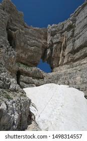 skalní okno ve vrcholu Prestreljenik v Julských Alpách na slovinsko-italské hranici - Shutterstock ID 1498314557