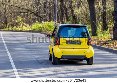 3bdb990c2 OKT 25, 2016 MOSCOW, RUSSIA: Black and yellow colors Smart Fortwo coupe on