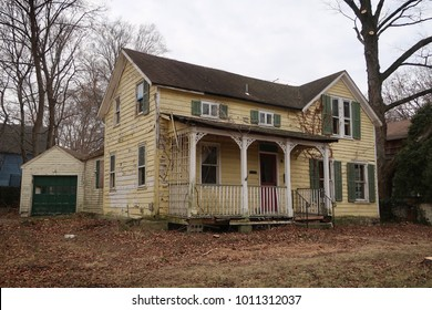 Old abandoned farmhouse during the daytime.