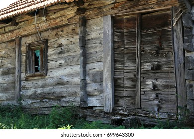 Old abandoned house / Fragments of an old house