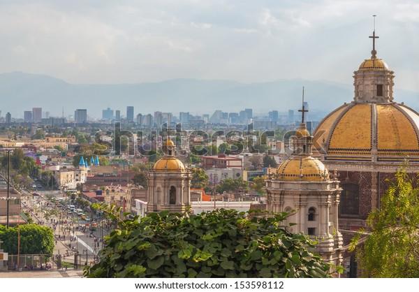 Antigua Basílica de Guadalupe con el perfil de Ciudad de México detrás