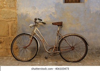 Old bicycle in the ancient Spanish town of Valderrobres.