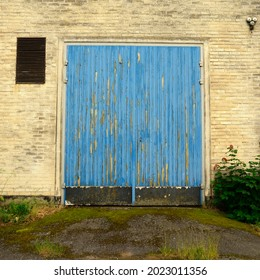 Old blue garagedoor with a lot of patina