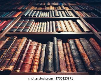 Altes Buch im Buchregal Bibliothek Antike Sammlung