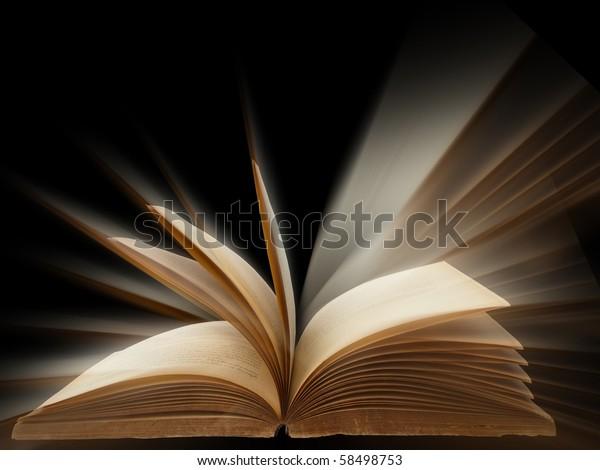 altes Buch, offen, heller Hintergrund
