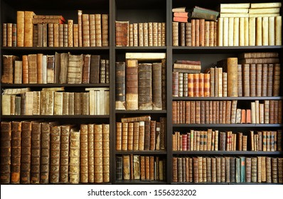 alte Bücher auf Holzbrett