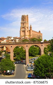 Old bridge and Sainte Cécile cathedral made in red bricks at Albi in southern France, Midi Pyrénées region, Tarn department - France, UNESCO World Heritage Site