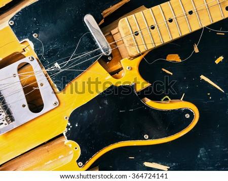 Votre dernière crise de GAS - Page 10 Old-broken-electric-guitar-falling-450w-364724141
