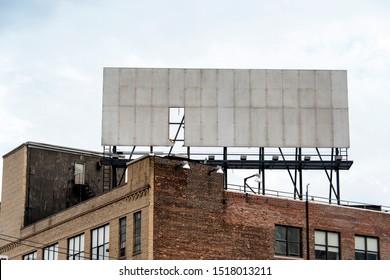 Altes Gebäude mit abgenutzter Plakatwand