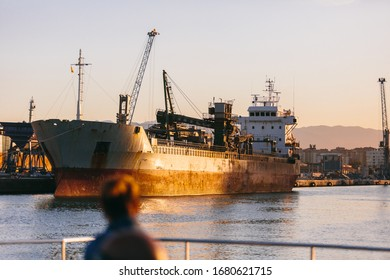 Antiguo barco de carga en el puerto de Málaga al atardecer, España