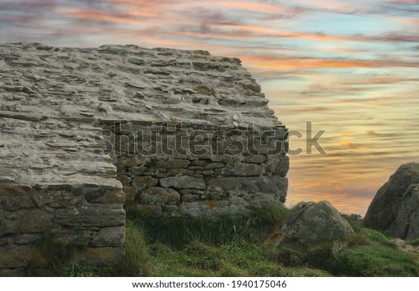 Altes keltisches Steinhaus mit dramatischem Himmel
