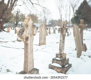 Vieux cimetière. Une belle scène d'hiver paisible. Pierres tombales antiques dans un ancien cimetière anglais couvert de neige en hiver.