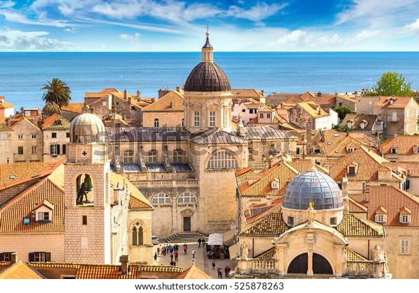 Ciudad vieja Dubrovnik en un bello día de verano, Croacia