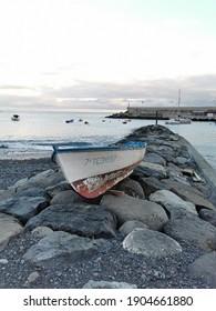altes buntes Holzfischboot