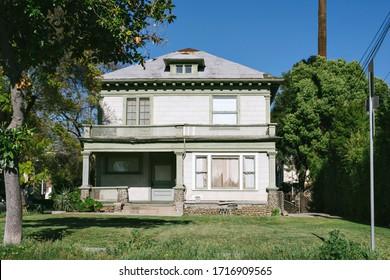 Altes renovierungsbedürftiges Haus - Schönes, verlassenes Haus - Reparatur-Oberer im Reparaturbedarf