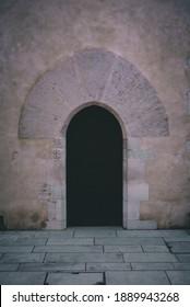 Une vieille porte, dans les murs du château de Pau.