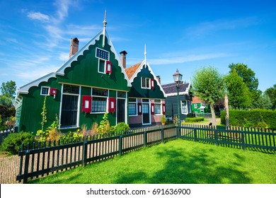 Old Dutch houses in Giethoorn - The Netherlands