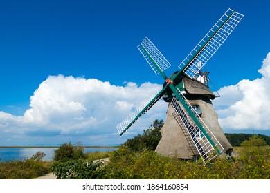 """Windmühle im alten Dschungel in der Naturschutzlandschaft """"Geltinger Birk"""" in der Nähe des Baltikums"""
