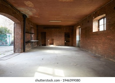 Vieux atelier vide avec murs en briques